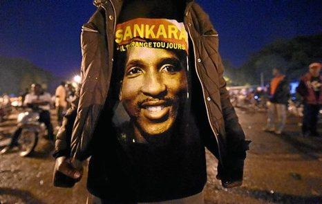 Burkina Faso: Queman el Parlamento y la oposición democrática protesta. 0922_mun_sankara