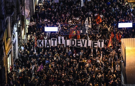 Turquía: Miles de personas denuncian la responsabilidad del Gobierno en el ataque en Ankara. Más de cien personas asesinadas en atentado con explosivos contra una marcha. Par8297882
