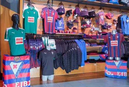 Las cantidades que mueven parecen anecdóticas ante los grandes números del  fútbol pero el merchandising es una parte ineludible de cualquier club. 09ad0400d71c5