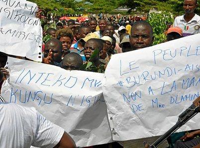 Burundi. Dos ministros amenazan con cerrar una radio en Burundi por informar de las protestas. 1227_mun_burundi