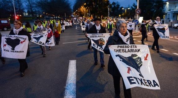 """Euskal Herria: Una multitud exige """"respeto a los derechos"""" de presos y exiliados. [vídeo] - Página 2 Senide_baiona"""