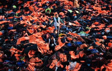Migrantes proletarios y de otras clases, y Unión Europea - Página 20 Lesbos_chalecos