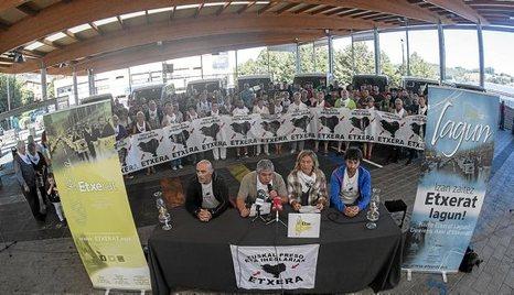 """Euskal Herria: Una multitud exige """"respeto a los derechos"""" de presos y exiliados. [vídeo] - Página 2 0915_eh_etxerat"""