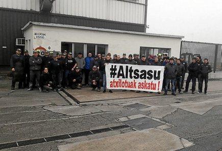 Euskal Herria: La juez Carmen Lamela de la Audiencia Nacional ordena encarcelar a seis vecinos de Altsasu. 1126_eh_Altsasu2