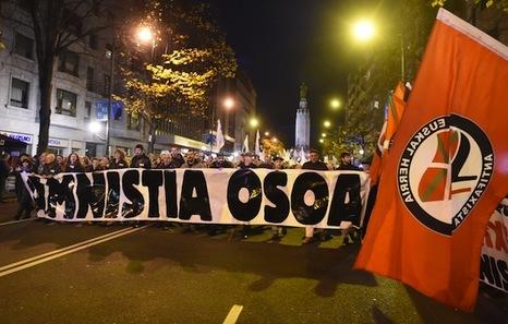 """Euskal Herria: Una multitud exige """"respeto a los derechos"""" de presos y exiliados. [vídeo] - Página 2 Bilbo-amnistia"""