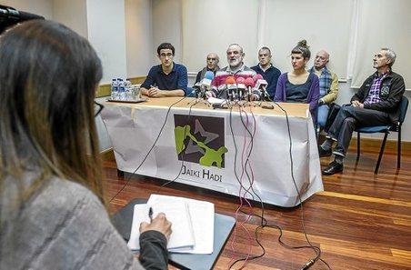 """Euskal Herria: Una multitud exige """"respeto a los derechos"""" de presos y exiliados. [vídeo] - Página 3 0110_eg_JAIKI"""