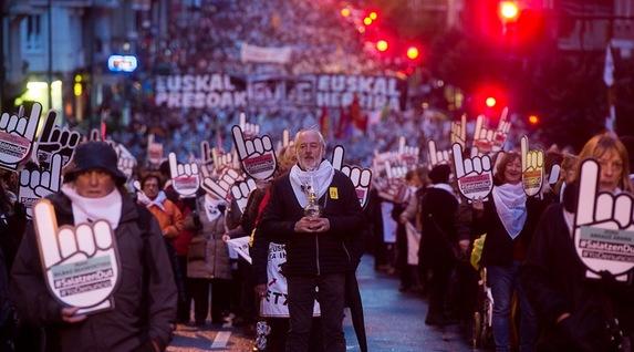 """Euskal Herria: Una multitud exige """"respeto a los derechos"""" de presos y exiliados. [vídeo] - Página 2 Senideak"""