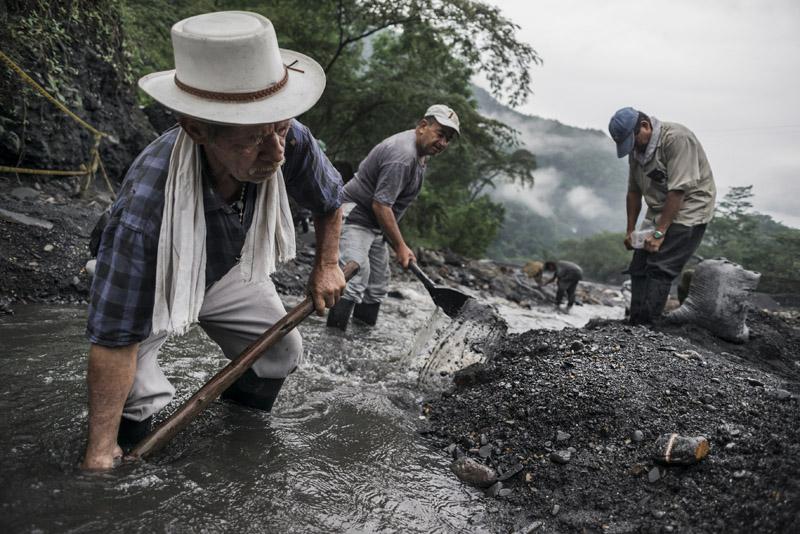 Colombia: represiones, terror, violaciones y esclavismo $. Propiedad agraria, Estado, FARC, ELN. Luchas de clases - Página 6 945_OROverde04