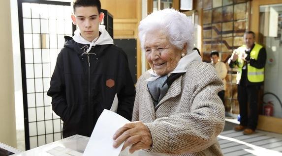 Libe Asua 100 urteko emakumea izan da lehena botoa ematen Larrabetzun. (Aritz LOIOLA/ARGAZKI PRESS)