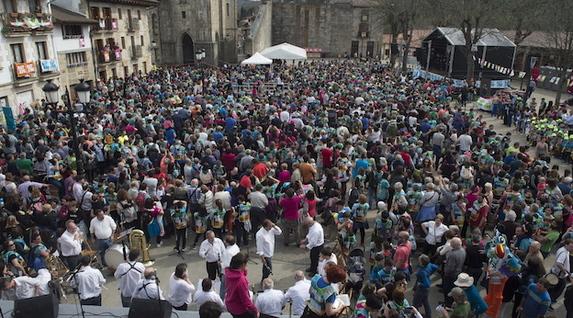 La plaza de Otxandio, repleta de gente. (Monika DEL VALLE / ARGAZKI PRESS)