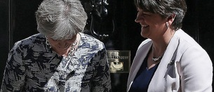 Theresa May y Arlene Foster, hoy ante el 10 de Downing Street. (Daniel LEAL-OLIVAS/AFP PHOTO)