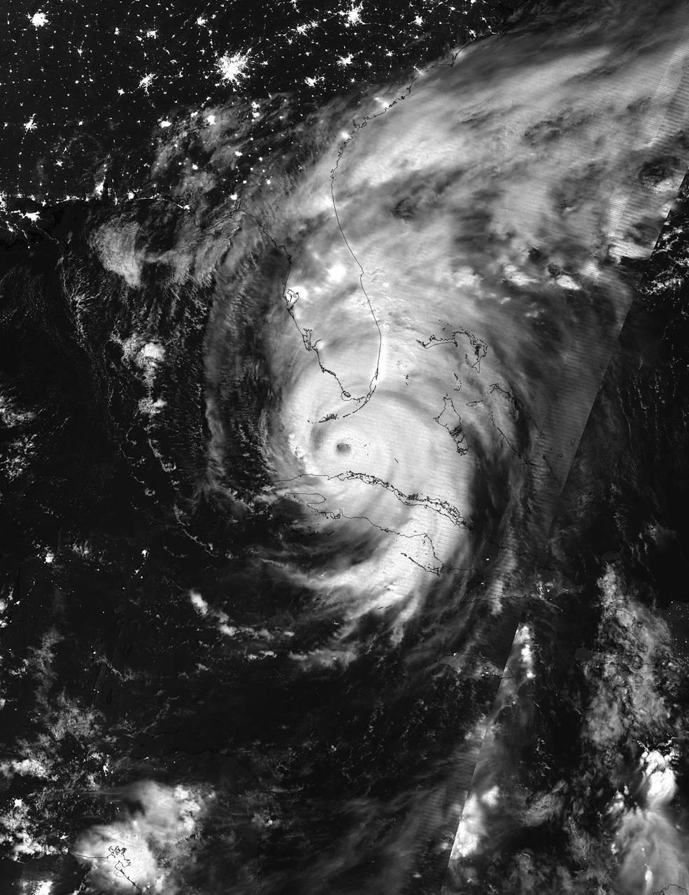 Hemen, igande goizeko 3:38tan, gauez, infra gorri bidez lorturiko irudia ikus daiteke: Bertan Irma Kuba eta Floridako Cayoen artean nola doan ikus daiteke. NOAA / NASA Goddard Rapid Response Team