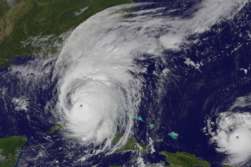 Beranduago, egunez, Igandean goizeko 9:25tan ateratako irudi honetan ikusi daiteke nola Irmaren begia Floridako kostaldera gerturatu zen. Eskuinean José urakana ikusin daiteke Leeward Uhartean.. NASA / NOAA GOES