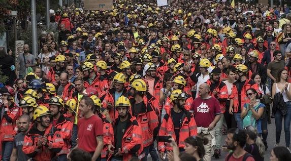 http://www.naiz.eus/media/asset_publics/resources/000/434/359/image_gallery/manifa-bomberos.jpg?1507045542