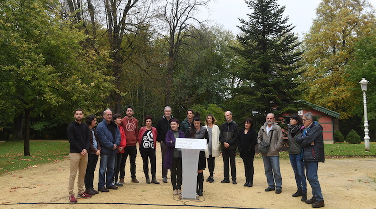 Algunos de los procesados, junto a personalidades el ámbito político, social y sindical vasco. (Jon URBE/ARGAZKI PRESS)