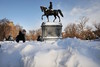 Una persona pasa junto a la estatua de George Washington en Boston. (SPENCER PLATT / AFP)