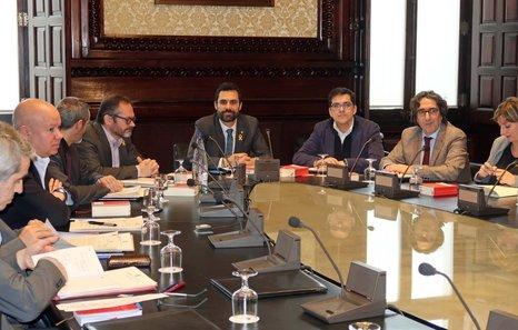 El parlament aplaza la reforma de la ley de presidencia y for Mesa parlament