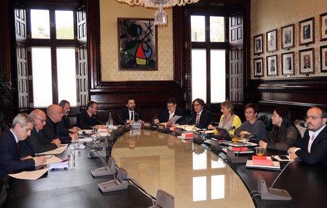 La mesa del parlament acuerda querellarse contra el juez for Mesa parlament