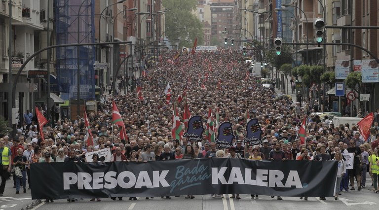 """Euskal Herria: Una multitud exige """"respeto a los derechos"""" de presos y exiliados. [vídeo] - Página 3 Bilbo"""
