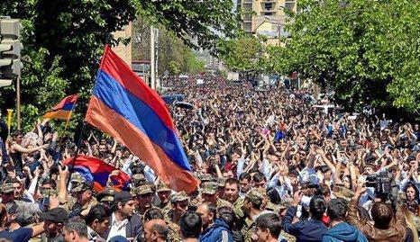 Armenia. Crece el apoyo al grupo que se hizo fuerte en una comisaría de la capital armenia. 0124_mun_armenia