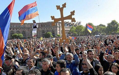Armenia. Crece el apoyo al grupo que se hizo fuerte en una comisaría de la capital armenia. 0426_mun_erevan
