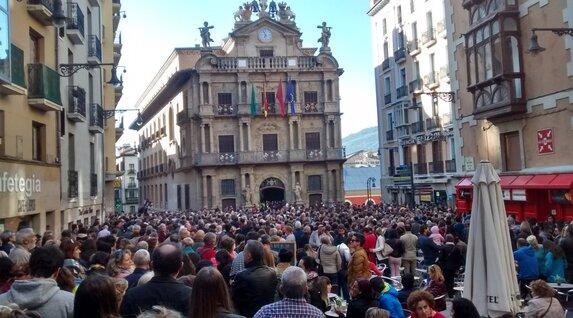 Concentración ante el Ayuntamiento de Iruñea.