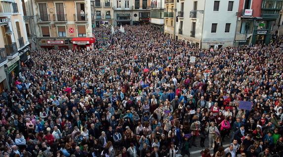 La Plaza Consistorial de Iruñea, hasta los topes. (Iñigo URIZ / FOKU)