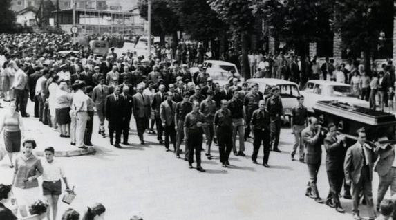 Meliton Manzanas, Espainiako Poliziaren Brigada Politiko-Sozialeko buru eta torturatzaile ezagunaren hileta Irunen, 1968ko abuztuan. ETAk aurrez diseinatutako ekintza armatu batean hildako lehenengoa izan zen. La Gaceta del Norte Funtsa