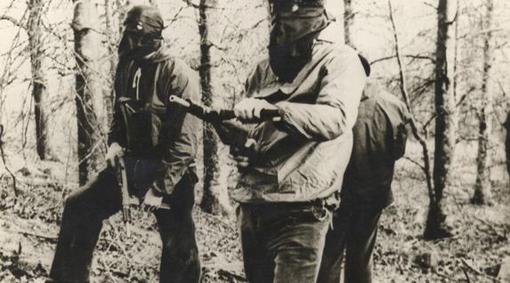 ETAko militanteak entrenamendu lanetan basoan, 70. hamarkadan.