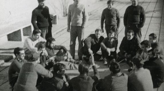 ETAko presoen asanblea Burgosko espetxeko patioan, Burgosko Prozesuaren ataritan, 1970ean. Mikel Etxeberria Funtsa