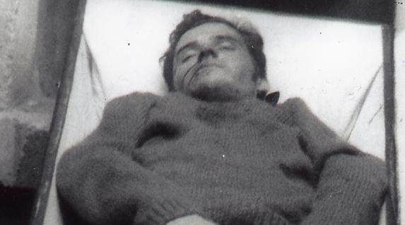 """Jon Paredes Manot """"Txiki""""-ren hilotza. 1975Eko irailaren 27an fusilatu zuten Angel Otaegi eta FRAPeko beste hiru kiderekin batera. (Marc Palmes Funtsa)"""