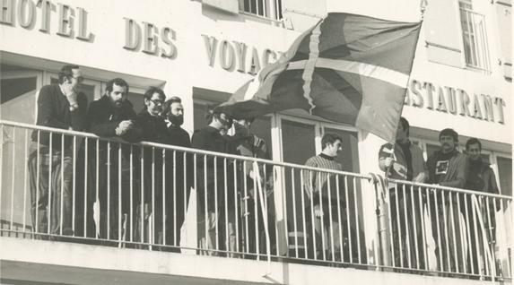 Hainbat militante Yeu-ko irlan konfinatu zituztenekoa, 1976. Bertan dira Jose Miguel Beñaran, Joxe Martin Sagardia eta Tomas Perez Revilla; ondoren hainbat atentatu parapolizialetan hil zirenak.