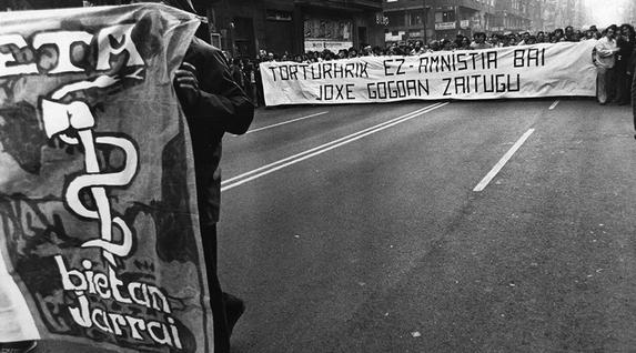 «Torturarik ez amnistia bai. Joxe gogoan zaitugu» lelopean Bilbon egindako manifestazioa 1981eko otsailean, Joxe Arregiren heriotzaren ondoren, buruan ETAren aizkora eta sugea. La Gaceta del Norte Funtsa