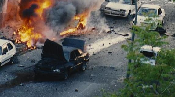 Jose Maria Aznar PPko presidentearen aurkako atentatua Madrilen, 1995eko apirilaren 19an. Gerora Gobernuko presidente izango zenak zauri arinak izan zituen, bere ibilgailuaren blindatzeari esker.