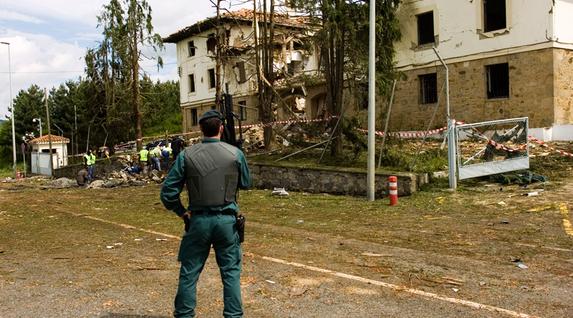 Guardia Zibilaren aurkako hainbat ekintza egin zituen ETAk hurrengo hilabeteetan ere. Irudian 2008ko maiatzean Legutioko kuartelaren aurka egindako atentatua. (Raul Bogajo / Foku)