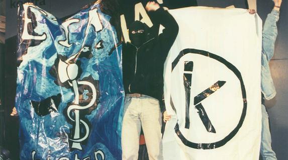 ETA eta IK erakundeetako ikurrak lehen aldiz elkarrekin 1995ean Donibane Lohizunen. Bob EDME