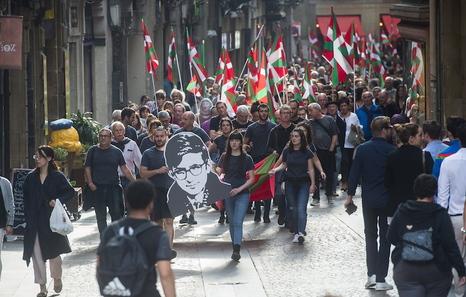 Cientos de personas recuerdan a Txabi Etxebarrieta en el Casco Viejo bilbaino | Euskal Herria | Naiz