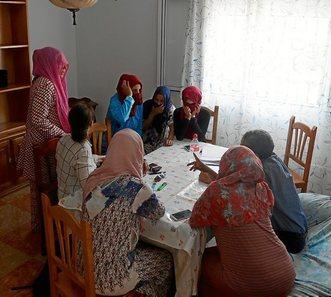 16.000 obreras temporeras marroquíes en los campos de fresas. Temporeras en Huelva denuncian al sindicato que las acogió. Las trabajadoras marroquíes acusan al SAT de apropiarse indebidamente de su dinero y hacerlas trabajar para sufragar sus gastos.  0628_eko_fresas1