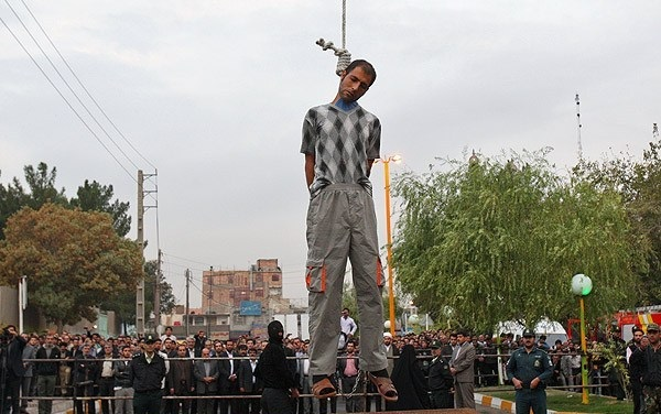 2011 urtean Iranen, bortxaketaz leporatuta heriotzera zigorturiko gizon bat plaza publikoan urkatzen. publikoa.