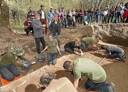 Memoria histórica: Cuando alumnas y alumnos sacaban de las cunetas a desaparecidos. (Nafarroa - Euskal Herria). [HistoriaC] 0411_EG_BURUTAIN