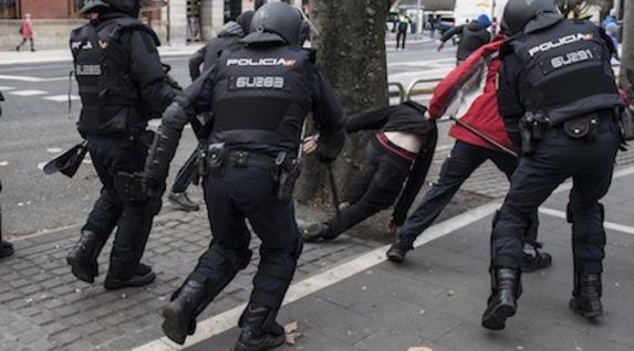 Cuatros policías españoles golpean a los jóvenes. (Jagoba MANTEROLA/FOKU)