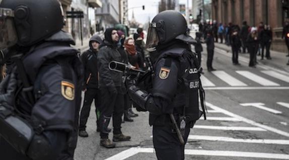 Los antidisturbios portaban armas para disparar pelotas de goma. (Jagoba MANTEROLA/FOKU)