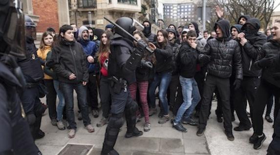 Los manifestantes en apoyo a Maravillas se acercan a un policía español. (Jagoba MANTEROLA/FOKU)
