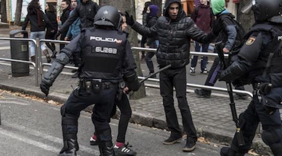 Dos jóvenes, ante los antidisturbios. (Jagoba MANTEROLA/FOKU)