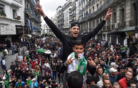 Argelia: El lento declive del gas. Luchas y contradicciones de clases. - Página 2 20190310-argelia