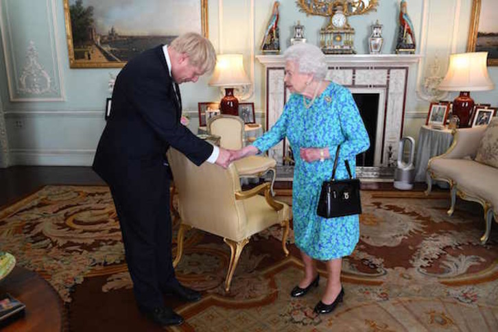 Boris Johnson ha sido recibido por Isabel II en el palacio de Buckingham. (VICTORIA JONES / AFP)