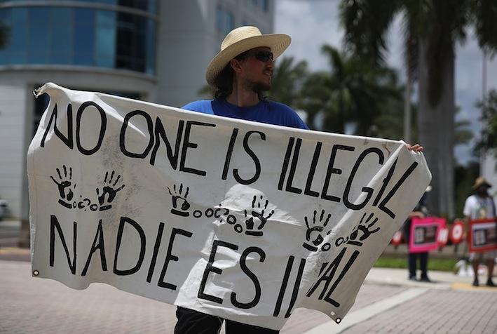 Trump busca frenar la inmigración de familias al permitir la detención indefinida de menores