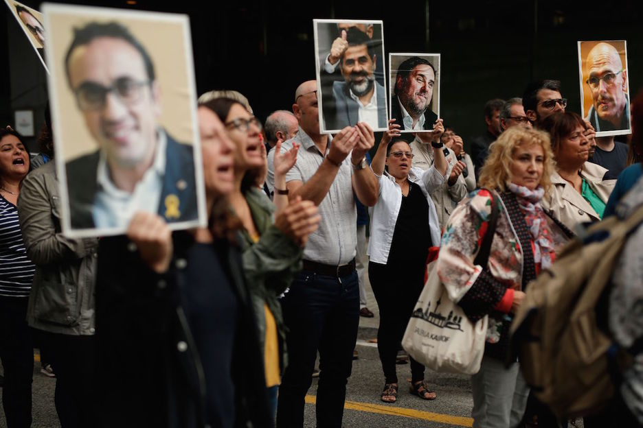 Retratos de los presos catalanes en una protesta en Barcelona. (Pau BARRENA/AFP)