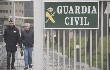 Antton López Ruiz, con su abogado al salir de Intxaurrondo. (Jagoba MANTEROLA | FOKU)