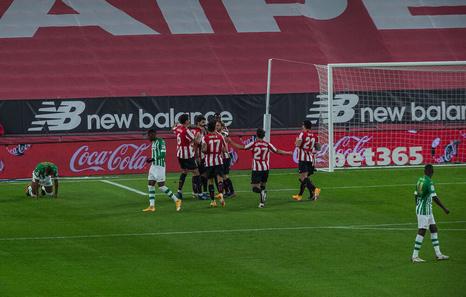 El Athletic golea al Betis con Vencedor y Villalibre en la alineación titular (4-0)
